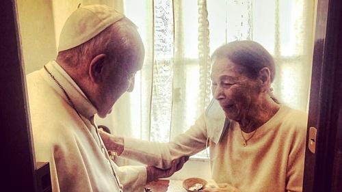 Ferenc pápa magyar származású holokauszt-túlélőnél tett látogatást Rómában